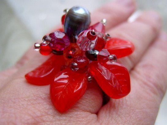 Inspiriert durch den Blütenzauber in der Natur ist dieser Ring fast von selbst entstanden...  Diese Blüte in leuchtendem rot ist ein schöner und ausge