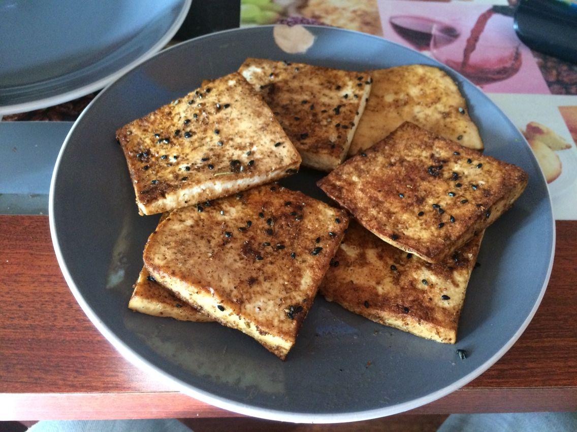 Tofu salteado en soya con aliño completo, sésamo tostado, merkén, sal y pimienta.