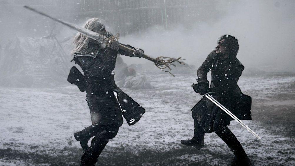 Il trono di spade: Kit Harington impegnato in una scena di battaglia in una scena dell'episodio Aspra dimora