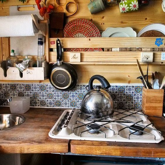 Camping Küche Ideen: Schöner Holzausbau Der Camper-Küche Mit Kacheln.