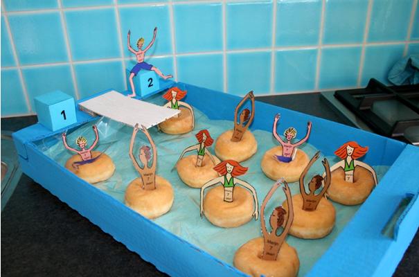 zwembad traktatie met donut als zwemband traktaties