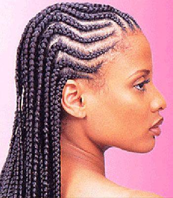 Les longs cheveux afro de cette jeune femme ont été tressés sur toute leur  longueur.
