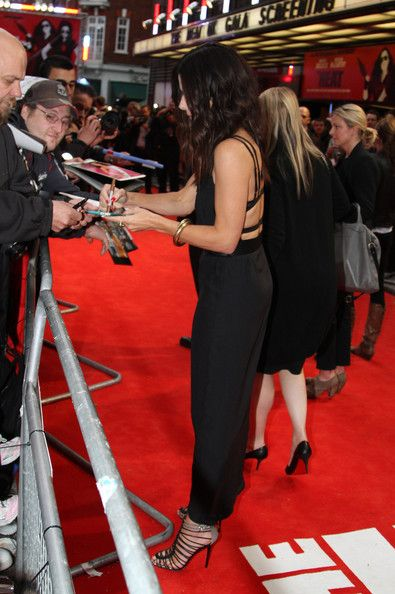 Sandra Bullock Photos: Sandra Bullock Signs Autographs in London