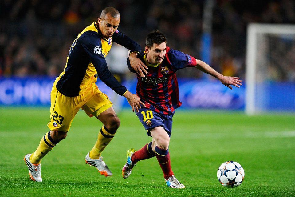 Messi y Miranda pugnan por el balón Lionel messi, Club