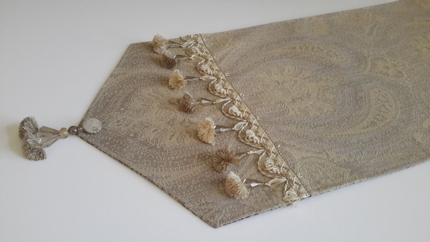 Caminos De Mesa Modernos Elegant Gold Table Runner Woven With A Classic Paisley Jacquard