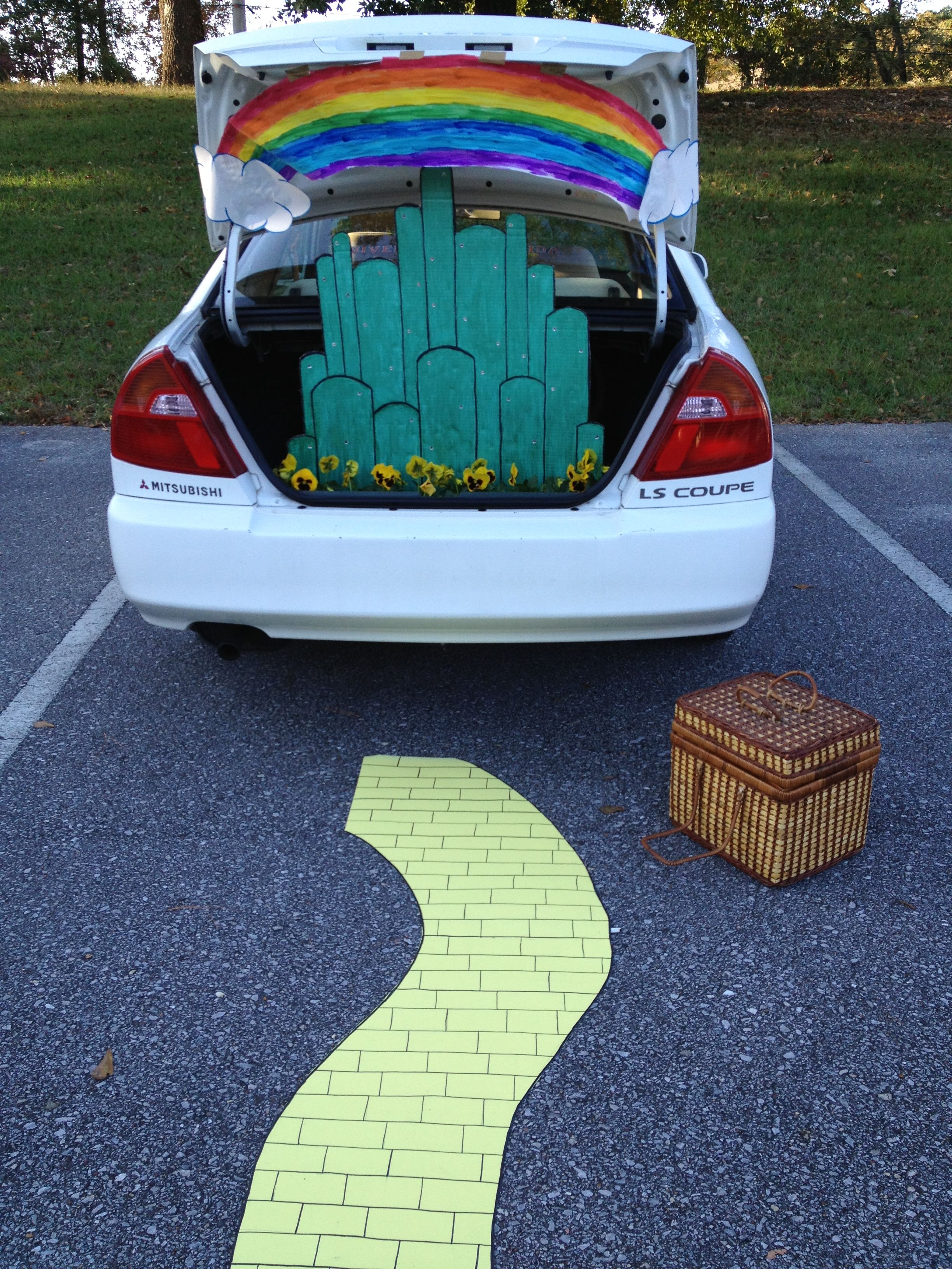 19 Easy and Clever Trunk or Treat Ideas! Churches, Holidays and - Wizard Of Oz Halloween Decorations
