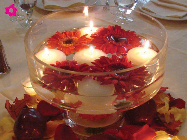 centro de mesa para boda con agua con flores y velas