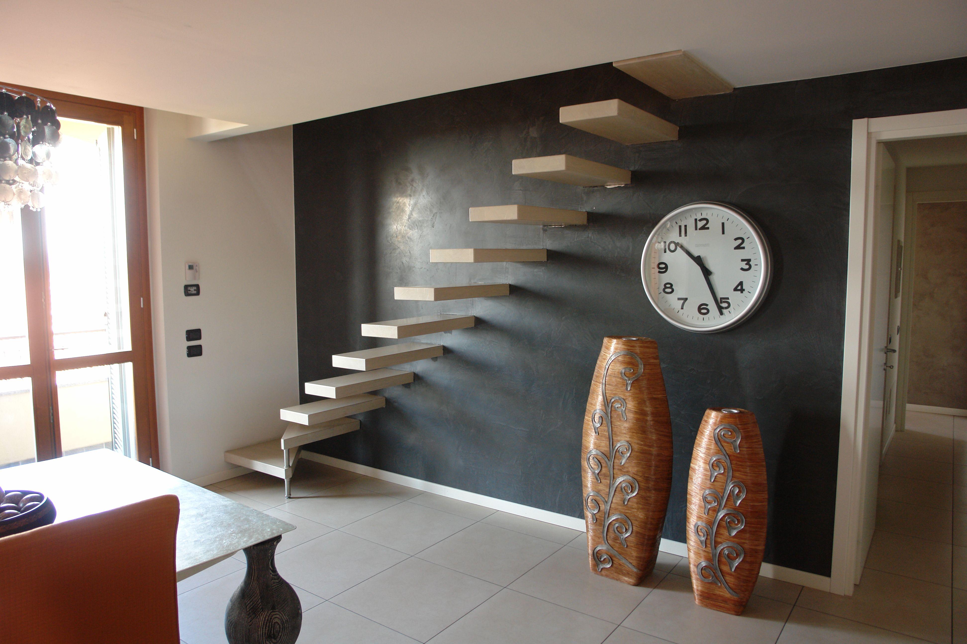 Parete Scala Interna : Scala a sbalzo con struttura in ferro incassata nella parete e