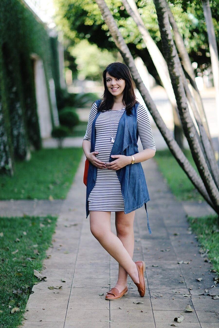 fb9b1c6ec Oieee… Voltei com mais um desses ~meus looks grávidos~ de listras e  coletes! Esse vestido listrado branco eu já tinha usado algumas vezes sem  colete, ...