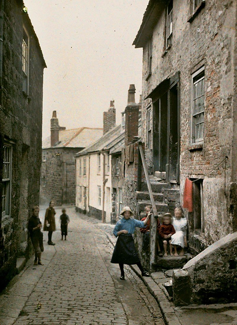 Albert Kahn  - Children play on the cobbled streets of St Ives    Read more: http://www.dailymail.co.uk/news/article-561823/Revealed-The-amazing-pictures-Britain-colour-time.html#ixzz1n3gh8aBf