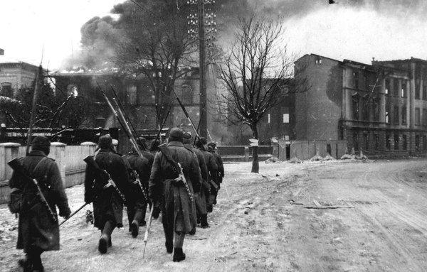 Подразделение советских сапёров идёт по улице горящего немецкого города Инстербург (Insterburg) в Восточной Пруссии. 3-й Белорусский фронт.