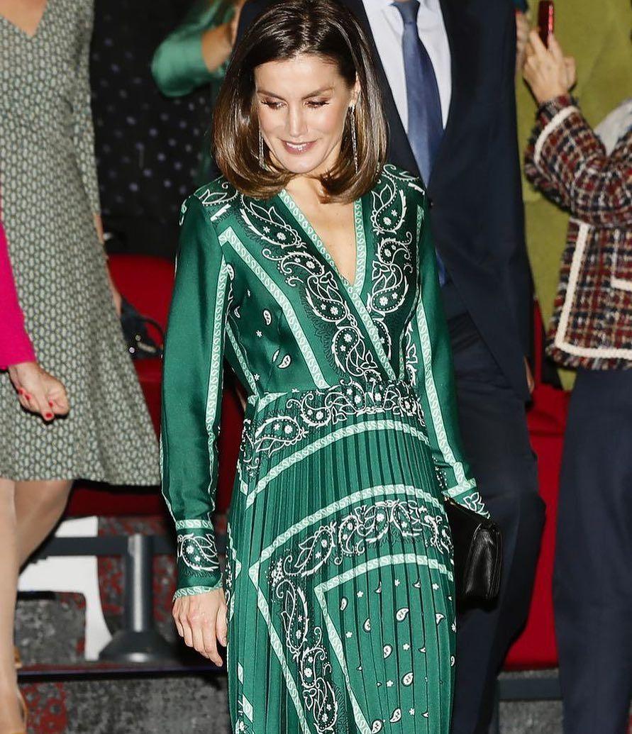 La reina Letizia estrena un vestido verde plisado con estampado pañuelo de   sandroparis que es 💚. Todos los detalles b3790bb022d