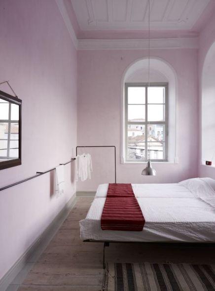 Chambre rose aspect monacale mais reposante home feminine bedroom home decor minimalist decor - Chambre reposante ...