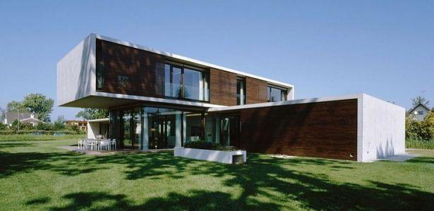 Maison béton contemporaine avec porte à faux et bardage bois ...