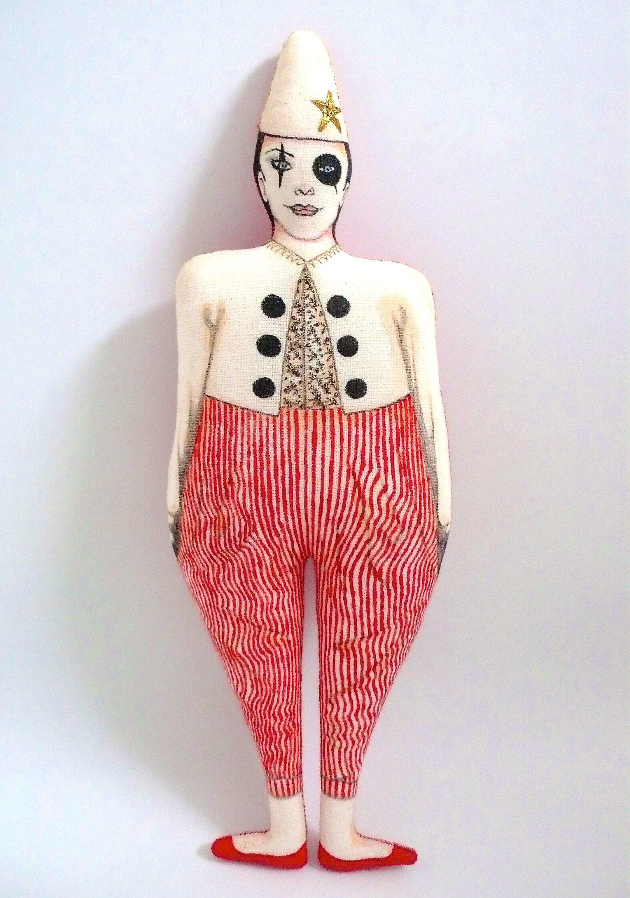 Clown de cirque vintage, poupée peinte et dessinée au feutres textile, vintage doll, broderies au fil doré, Un Radis m'a dit, boutique  https://www.alittlemarket.com/boutique/un_radis_m_a_dit-815807.html