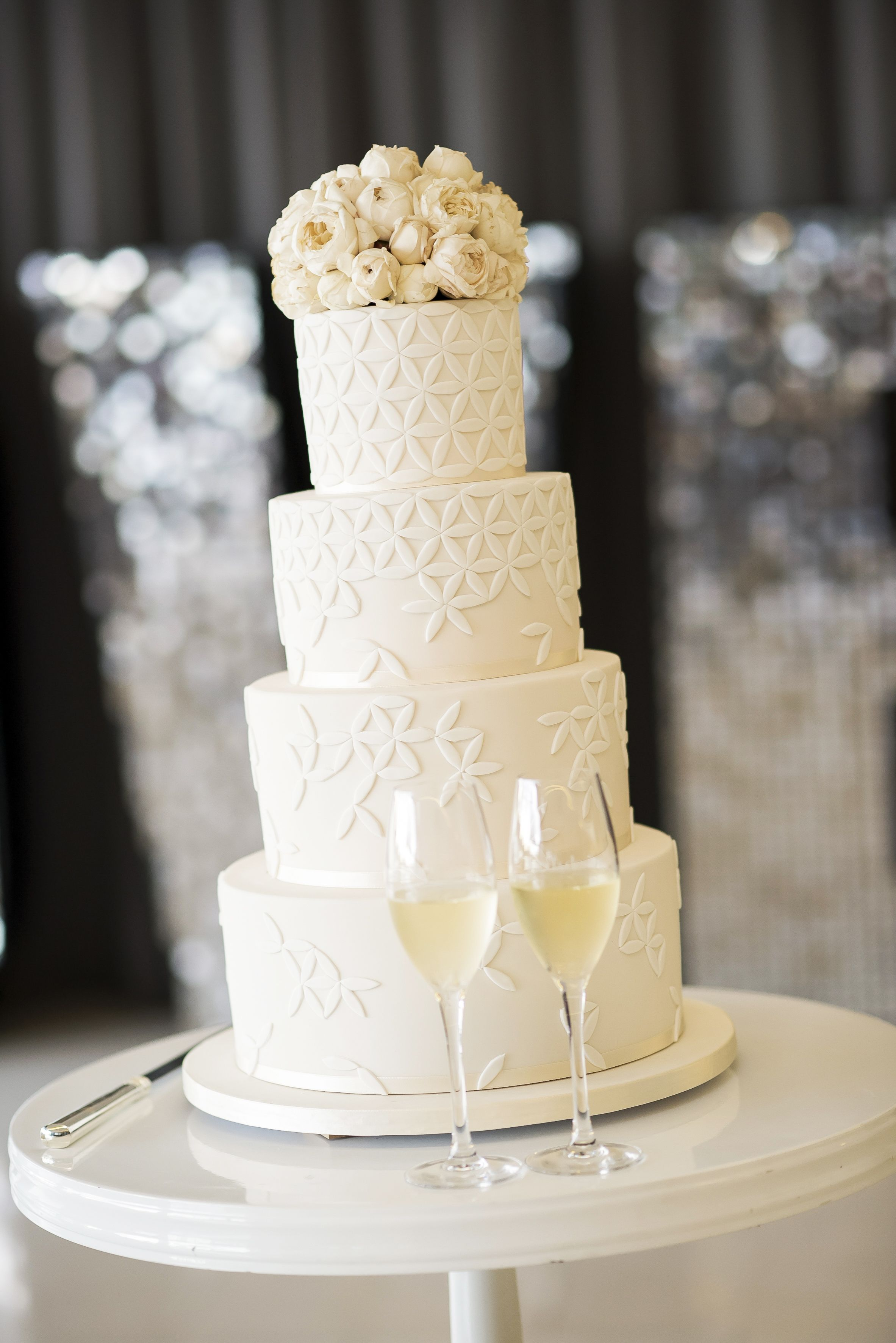 Wedding cake with white flora | itakeyou.co.uk