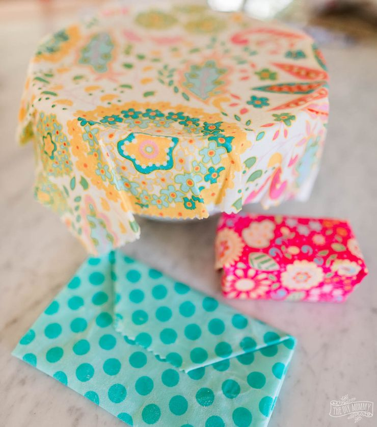Make Beeswax Wraps to help reduce single use plastic! | The DIY Mommy #beeswaxwraps