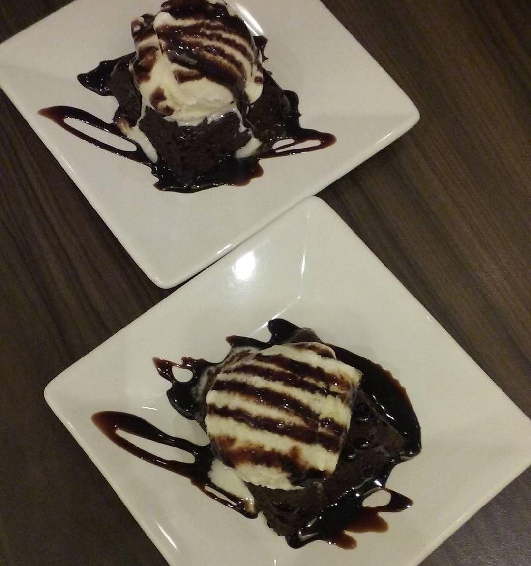Para fechar a noite e o Vlog de  hoje um #brownie no  @freddobrasil aqui do @moocaplaza e um trifreddo delícias para adoçar a vida . #brownies #delicias #AnaAraujo #BlogAnaAraujo #blogueirassp #blogueira #sexta #datenight #date #Love #lovechocolate