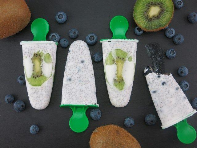 Fruchtige Chia Eislutscher!  Zutaten: 1 Dose Kokosmilch 50ml Sojamilch 50g Chiasamen 1 Kiwi 1 Handvoll Heidelbeeren