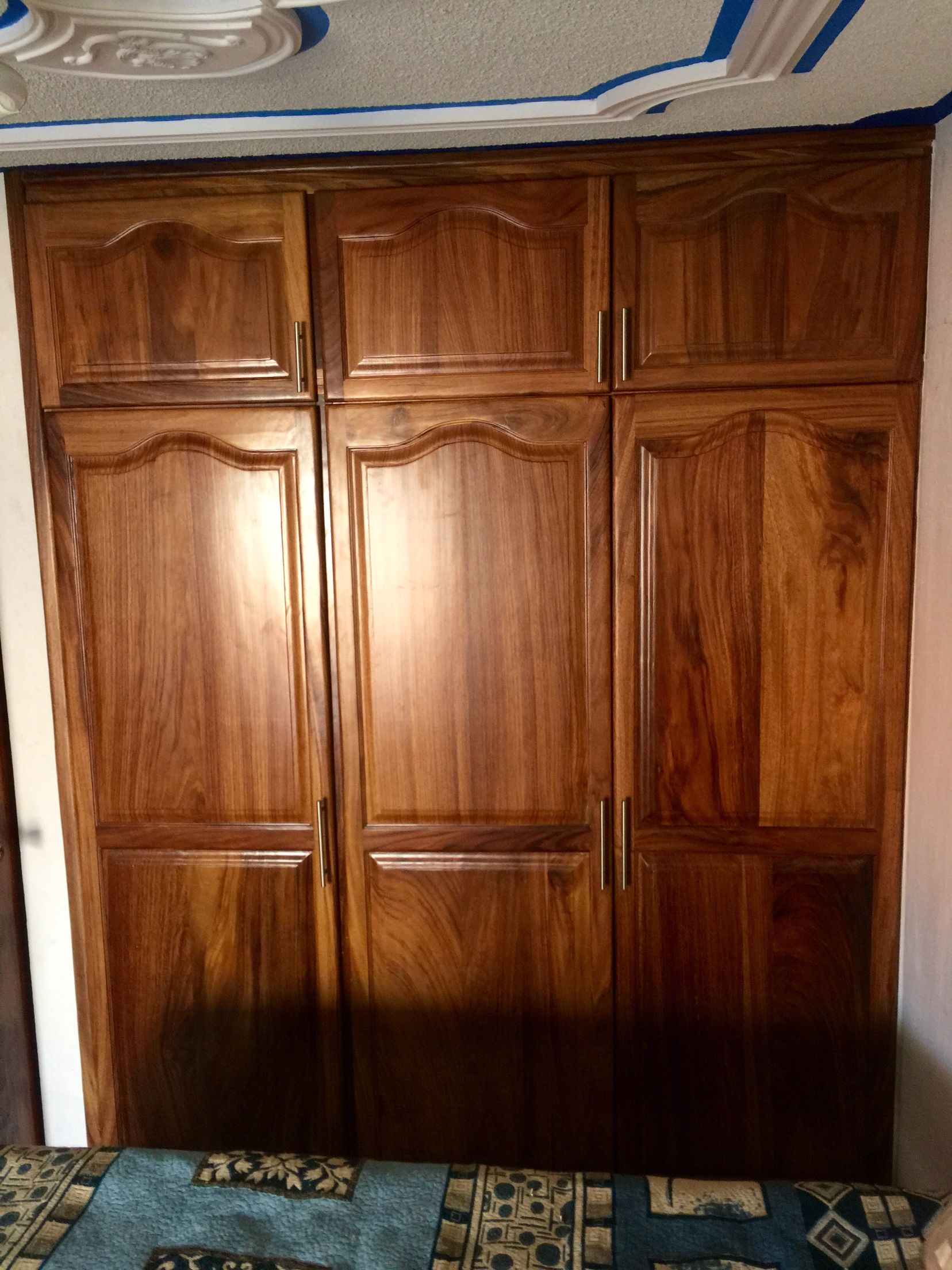 Cl set en madera de parota con puertas estilo catedral for Ideas para puertas de closet