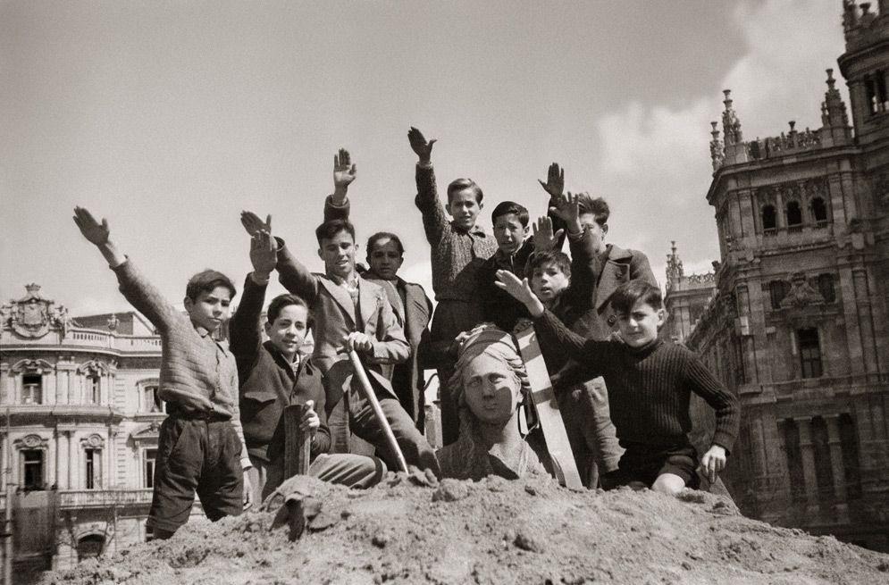 Cibeles tras la Guerra Civil: Niños saludando con el brazo en alto ...