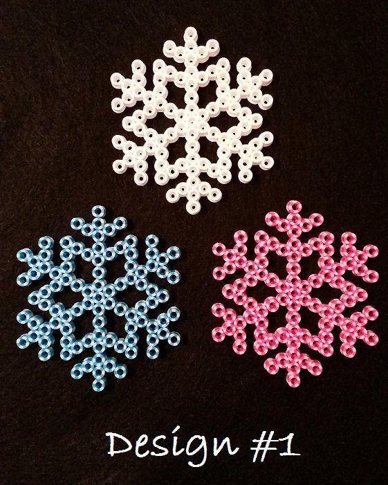 Hey, ho trovato questa fantastica inserzione di Etsy su https://www.etsy.com/it/listing/200121822/fiocco-di-neve-perler-tallone-ornamenti