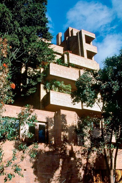 Bogotá  Edificio Alto de los Pinos de Rogelio Salmona.
