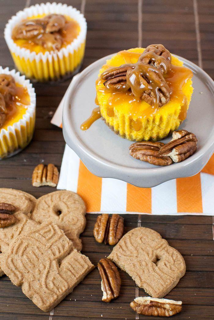 Mini-Kürbis-Käsekuchen mit Spekulatius-Boden, Pecankernen und Karamellsauce #halloweenkuchen
