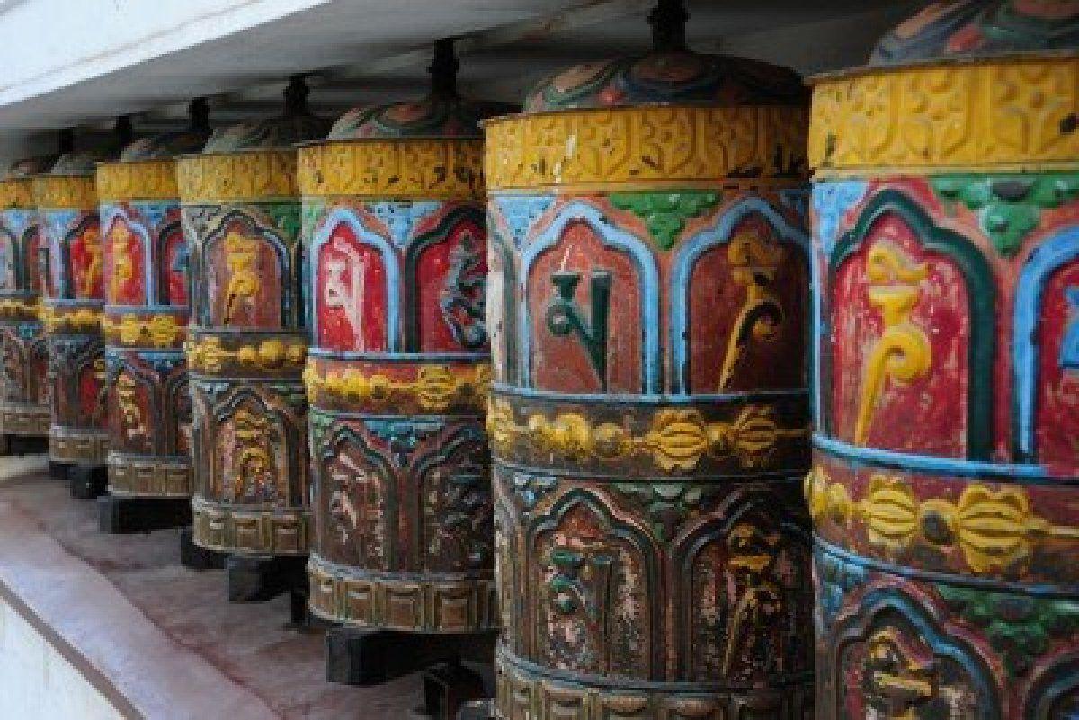 Tibetaanse gebed wielen op de boeddhistische Swayambhu tempel in Kathmandu
