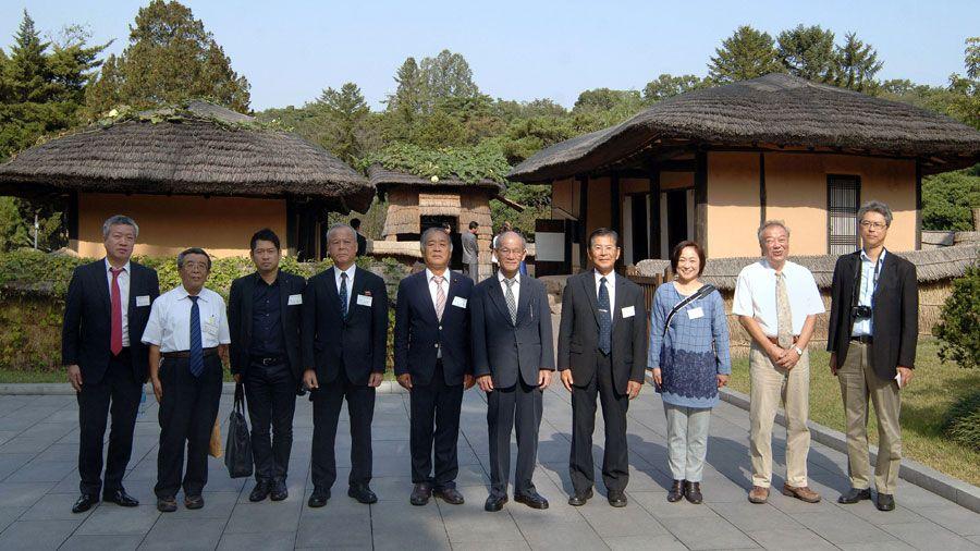 일본 후꾸오까현 일조우호협회대표단 만경대 방문, 여러곳 참관-《조선의 오늘》