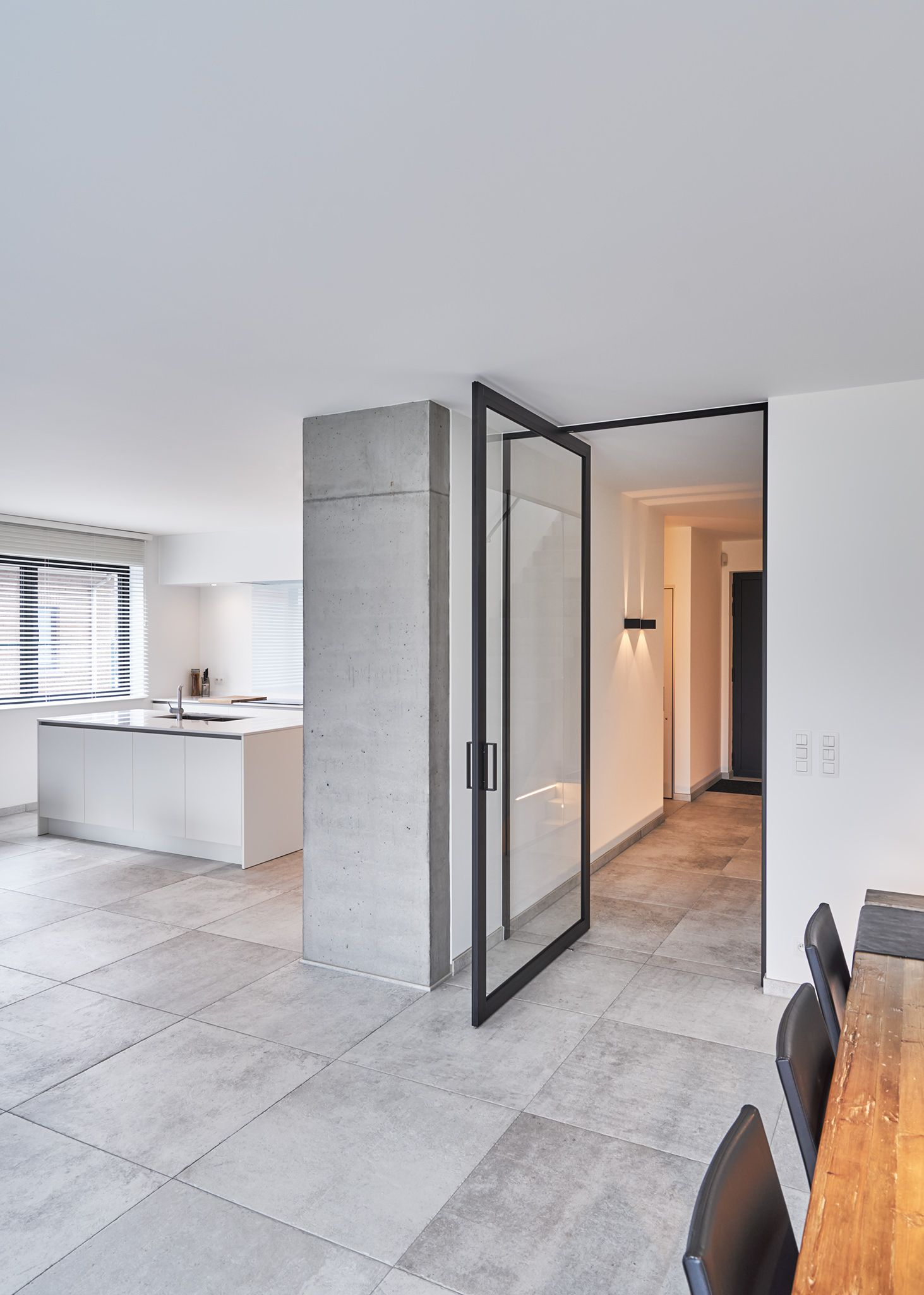 Moderne stalen deur tussen inkom en woonkamer. De unieke ...