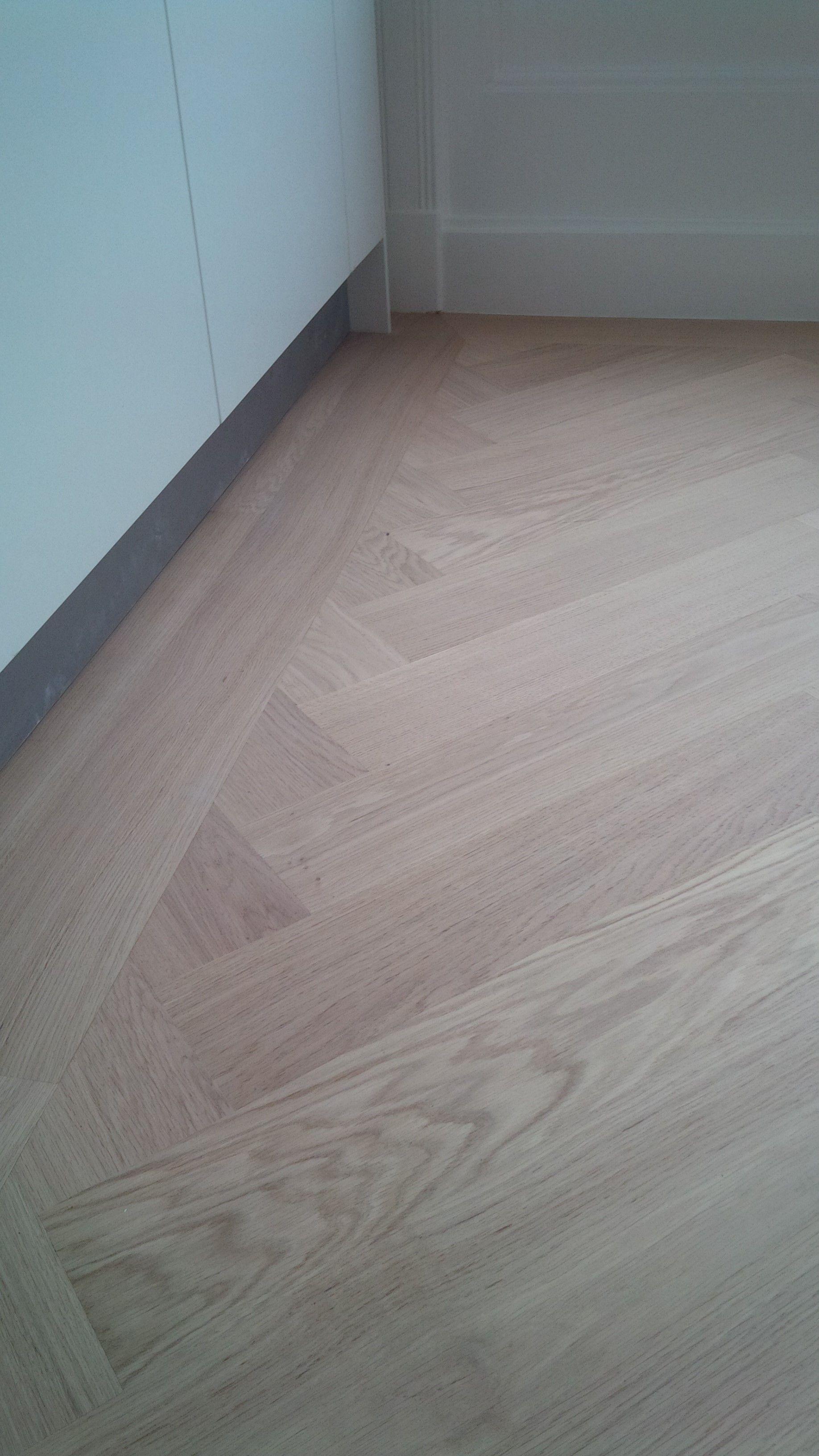 brede eikenhouten visgraat met sluitband vloer woonkamer