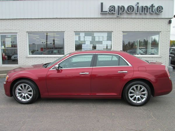 CHRYSLER 300 LIMITED - RWD WITH 8 SPEED AUTO, LEATHER INTERIOR & PANORAMIC SUNROOF!