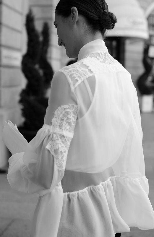 Vi no blog da Hanneli e por instantes fiquei sem respirar. Pode existir blusa de renda mais linda que esta? Bom, tanta beleza e perfeição tem seu preço… é Givenchy Alta-Costura. Tá bom ou quer mais?