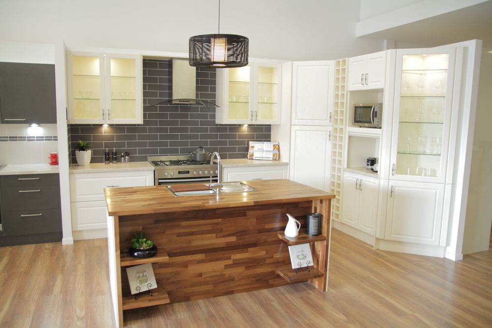 www.wallspan.com.au Wallspan's Wentworth kitchen range is a perfect mix of traditional and modern with woodgrain finishes and square sculptured panels.