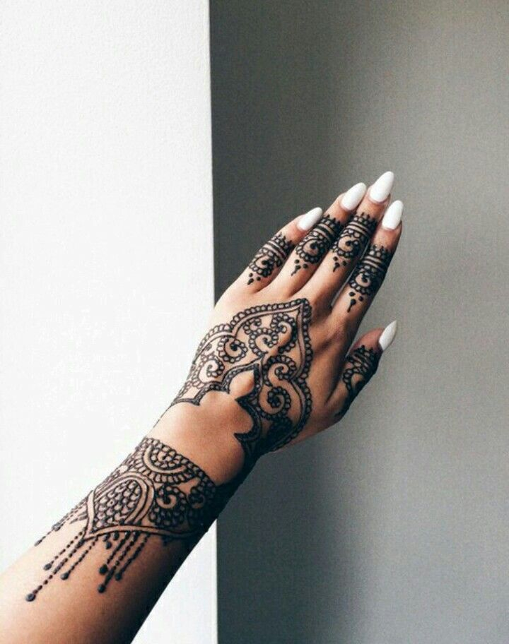 Image Result For Rihanna S Hand Tattoos Tatouage Au Henne Tatouage Henne Modele Henne Main