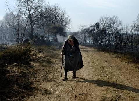 Una vecina de una aldea próxima a Allariz, en medio de la zona arrasada por el fuego