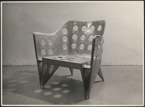 Stoel Gerrit Rietveld : Afbeelding van aluminium stoel iets schuin van links objects of