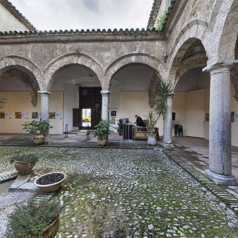 Carnicerias Reales.-Las Carnicerias Reales fueron diseñadas por el arquitecto jienense por Francisco del Castillo, con una fachada de estilo manierista de ascendencia italiana, con columnas, sobre las que se sitúa un frotón triangular.
