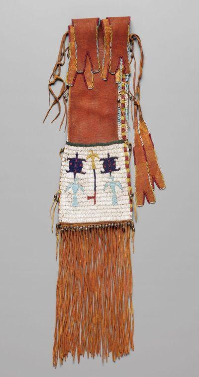 Sac à tabac, vers 1890. Artiste arapaho du sud, Oklahoma. Peau tannée, perles de verre et de métal, pigment. 90,8 x 16,5 cm. Kansas City (Missouri). © The Nelson-Atkins Museum of Art.
