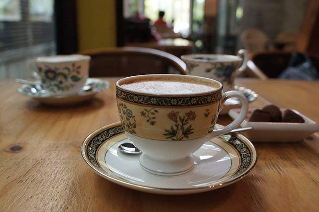 며칠전 갔던 #준과랑  라떼를 마시면 리필 커피까지 공짜로 한잔 더~😍 리필커피는 이쁜 웨지우드 커피잔에 가면 항상 바깥 테라스에. . 분위기도 좋고 맛도 좋은 #먹스타그램 #맛스타그램 #foodie #foodporn #coffee #latte #onthetable #cafe#instalike #vscocam #일상#휴일#good #좋아요  Yummery - best recipes. Follow Us! #foodporn