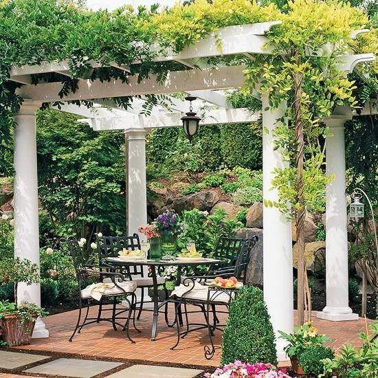 une belle pergola dans le jardin avec des colonnes