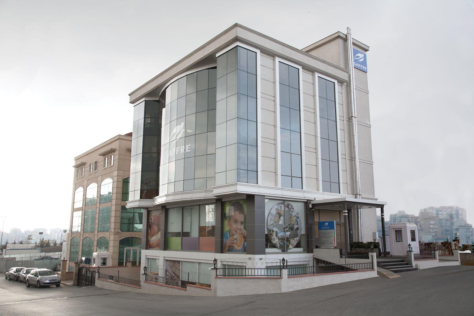 62 oficinas comerciales.