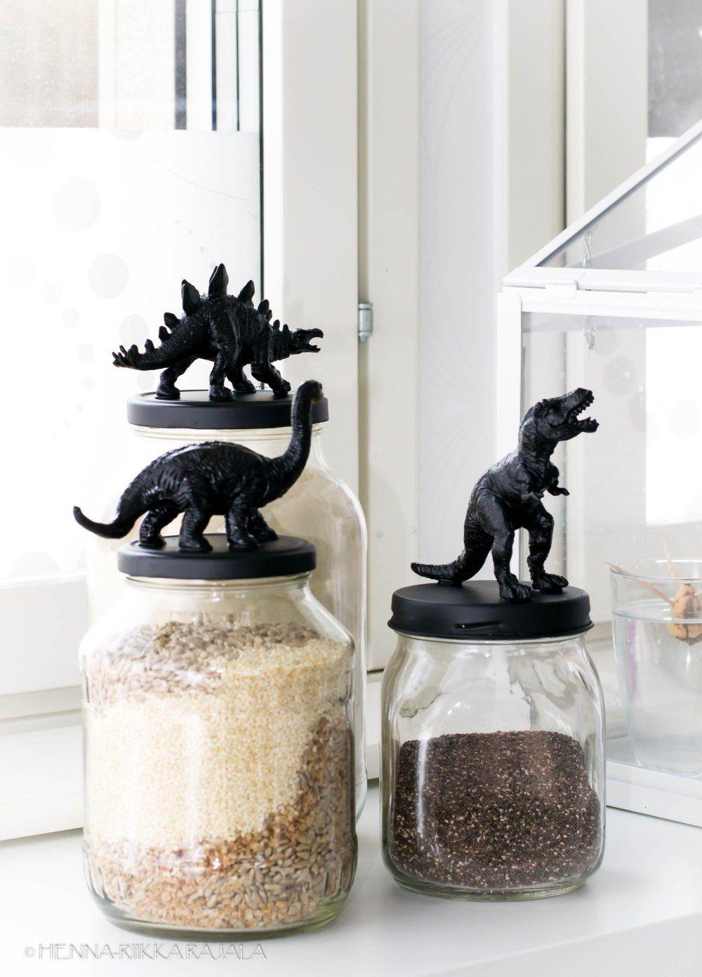 Pikkujutuilla rumasta kaunista. Ihanat dinosauruslasipurkit. DIY dinosaur glass jar lids.