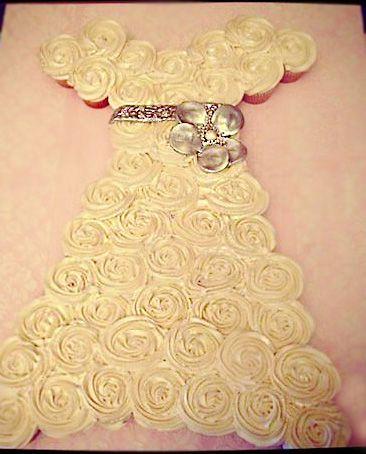 Vestido de noiva feito com cupcakes. Lindo! #weddingdress #cupcakes #dress #casamento #vestidodenoiva #criatividade