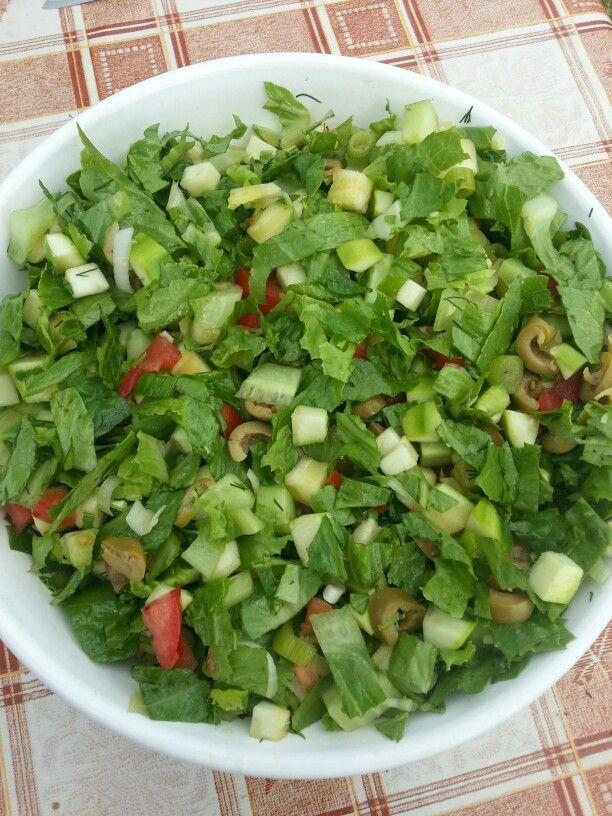 Letni salatek. Mala cuketa, hlavka rimskeho salatu, pulka okurky, dve rajcata, dve mlade cibulky, hrst oliv, snitka kopru, pannensky olivovy olej :)) Jako prilohu sem dnes mel pecenou kacenu :D