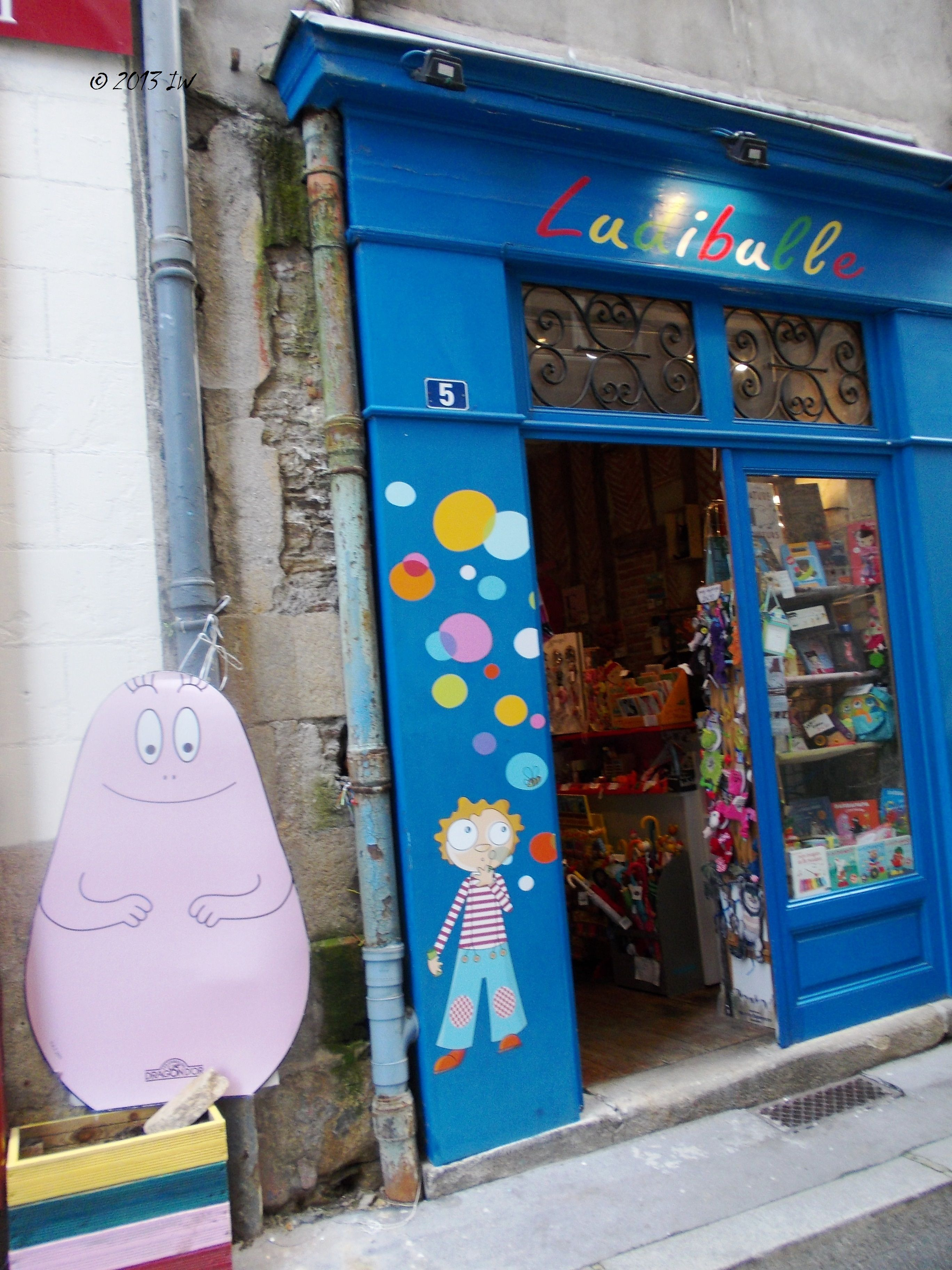 Besides the good food and many fashion outlet shops, one can find many handmade toys shops, where especially those travelling with children will find a lot of nice presents for the little ones.