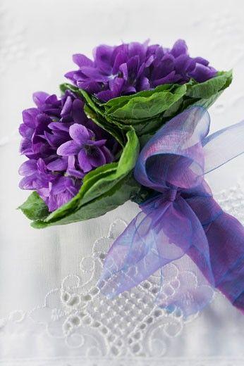 Mazzo Di Fiori Viola.Bunch Of Violets With Purple Bow Composizioni Floreali Fiori E