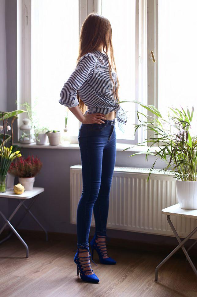 Kobiecy Blog O Modzie Damska Koszula W Paski Dopasowane Jeansowe Spodnie I Sznurowane Niebieskie Szpilki