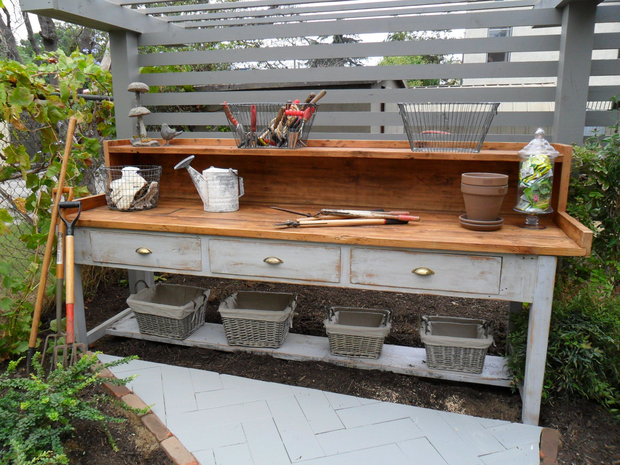 Garden workbench outdoorsy pins pinterest gardens for Garden potting bench ideas